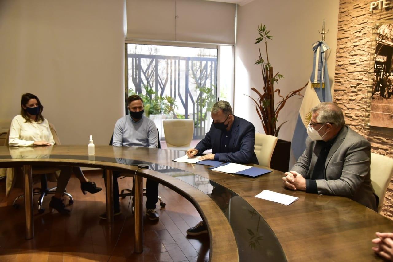 El municipio firmó un convenio con Cormetal para un programa de Terminalidad Educativa de 90 empleados
